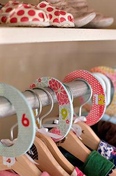 Ordena por talla la ropa de los niños  La organización del armario te permitirá ahorrar tiempo y dedicárselo a otras tareas más gratas, que estar buscando algo que no sabes ni siquiera con certeza si anda por allí.
