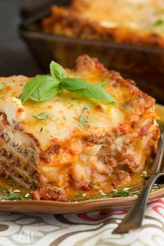 Classic Turkey Lasagna Recipe, a simple homemade lasagna recipe that's easy enough for busy week nights. Ground turkey replaces traditional ground beef in this recipe making it lower in calories and fat. Turkey Spinach Lasagna Recipe, Ground Beef Lasagna Recipe, Ground Turkey Lasagna, Meat Lasagna, Ground Turkey Recipes, Homemade Lasagna Recipes, Easy Lasagna Recipe, Healthy Lasagna Recipes, Fettucine Alfredo