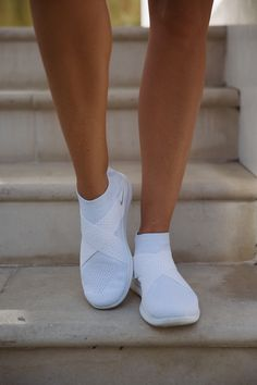 Laceless trainers by Nike Lace Sneakers, Casual Sneakers, Sneakers Fashion, Casual Shoes, Trendy Shoes, Cute Shoes, Me Too Shoes, Shoes For College, Feminine Fashion