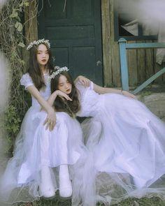 Cute Wallpaper For Phone, Twin Girls, 2 Girl, Girl Photography Poses, Ulzzang Girl, Aesthetic Girl, Aesthetic Pictures, Korean Girl, Besties