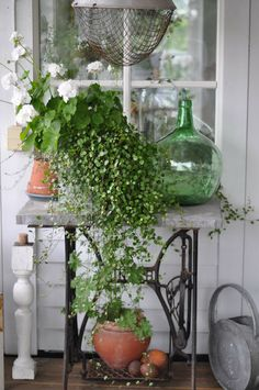 exterior plant, herbs and succulent table. Use mason jars, old buckets, teracotta pots, wire baskets, vintage cermics Antique Sewing Machines, Home Decor Accessories, Sewing Machine Tables, Sewing Table, Grenier, Front Porch, Front Entry, Lucky Peach, Wire Baskets