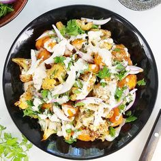 Prosta i niezwykle pyszna sałatka z kalafiora pieczonego z dodatkiem marchewki. To mój ulubiony przepis na sałatkę z kalafiorem. Można wybrać do niej sos sezamowy lub zrobić sos czosnkowy. Gorąco ją polecam! Vegetarian Recipes, Healthy Recipes, Sweet Desserts, Paella, Potato Salad, Cauliflower, Salads, Health Fitness, Food And Drink