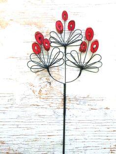 Dřevnatka velkokvětá - zápich Zápich je zhotoven z černého žíhaného drátu a dozdoben dřevěnými špalíčky. Délka zápichu je cca 38 cm, velikost květenství je 12x12 cm. Zápich se hodí do květináčů, suchých vazeb a různých dekorací. Oblázek propouští světlo. Cena za kus. Drát je ošetřen proti korozi, ve velmi vlhkém prostředí může chytit patinu. V nabídce ...