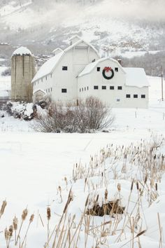 Treat cabin fever by booking a winter break in these high-altitude towns where snow is considered a good thing. Country Barns, Old Barns, Country Life, Country Living, Country Roads, Vermont, Barn Pictures, Park City Utah, White Barn