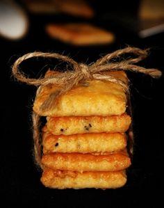 Igazi, klasszikus sós sajtos keksz receptje, amiben jó sok sajt van, pirospaprika, köménymag is, ahogy kell. Vékonyra nyújtsuk, hogy finom ropogós legyen!