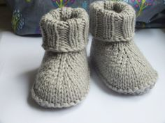 Baby Knitting Patterns Hat Here as announced, the instructions for the baby slippers. Baby Booties Knitting Pattern, Knit Baby Shoes, Crochet Baby Boots, Knit Baby Booties, Booties Crochet, Crochet Slippers, Baby Knitting Patterns, Knitting Socks, Baby Patterns