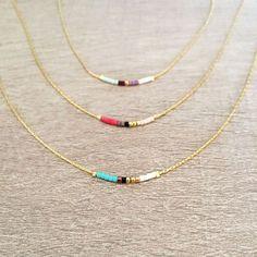 He encontrado este interesante anuncio de Etsy en https://www.etsy.com/es/listing/240230866/minimalist-gold-delicate-short-necklace