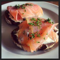 Lunch... Zalm roomkaas en kapoertjes op een geroosterde snee spelt zuurdesembrood van @broodtweet... :-) #myview #eten #gezondheid #foodporn