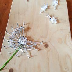 string-art-buurtfeest-familiedag-teamuitje-vriendinnenuitje-creatief-activiteit-workshop-knutselen-volwassenen-kinderen-timmeren-kinderfeestje String Art, Triangle, Workshop, Hair Accessories, Plank, Google, Atelier, Hair Accessory