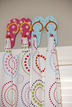 McHardy Taylor Nahoum: just in case you were looking for another use for our old dormroom key holder. Lake Decor, Coastal Decor, Beach Bathrooms, Lake Bathroom, Bathroom Hooks, Flip Flop Craft, Decorating Flip Flops, Room Themes, Beach Themes