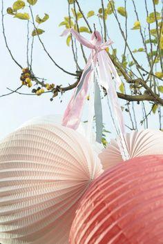 Accrocher ses lanternes en papier, rien de plus simple ! - http://www.instemporel.com/s/11413_128842_lampion-papier-boule