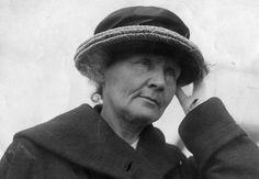 Nenhuma família recebeu mais prêmios Nobel do que a família da cientista Marie Curie (foto): três no total. Ela mesma é a única mulher até hoje a ter recebido dois prêmios, um de Física, em 1903 - dividido com seu colega pesquisador (e marido) Pierre Curie -, e um em Química, em 1911. A filha do casal, Irène Joliot-Curie, seguiu os passos dos pais e ganhou o Nobel de Química em 1935 ao lado do marido Frédéric Joliot-Curie.