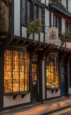 York - Fosters Jewellers, High Petergate, York, England this looks quaint Estilo Tudor, York England, York Uk, English Christmas, English Village, Photos Voyages, Shop Fronts, All Nature, English Countryside