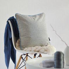 Polsterbezug aus feinem Tuchloden. Durch den österreichischem Loden ist der Kissenbezug besonders kuschelig und weich. Mit Knöpfen und Details in Dirndl-Optik. Upholstery cover made of fine cloth loden. The Austrian loden makes the cushion cover especially cuddly and soft. With buttons and details in dirndl look. #hygge #homedecor #cozyhome Moderne Outfits, Throw Pillows, Vintage, Grey, Cover, Design, Home Decor, Living Room Inspiration, Living Room Modern