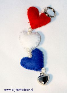 Rood, wit en blauwe hartjes sleutelhanger. Pakketjes met alle materialen en beschrijving zijn te verkrijgen via www.bijtantedoor.nl Drop Earrings, Jewelry, Jewellery Making, Jewels, Jewlery, Jewerly, Jewelery, Jewel, Chandelier Earrings
