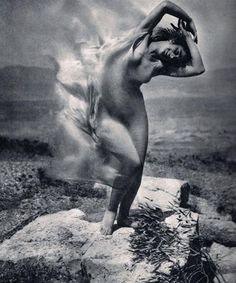 Edward Steichen: – Wind fire – Thérèse Duncan on the Acropolis, 1921