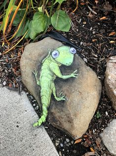 Simon would like to know if these pebbles make his tail look fat. 3d Street Art, Amazing Street Art, Street Art Graffiti, Street Artists, Graffiti Artists, David Zinn, Chalk Drawings, Art Drawings, Chalk Pictures