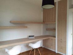 Werkzolder met bureau en inbouwkast. Fijne werkruimte!