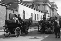 """Helsinkiä elokuvassa """"Katupeilin takana"""", 1949. Kuvassa taustalla Kansallisarkisto."""