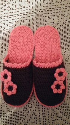 Crochet T-Shirt Yarn House Slippers Shoes Free Pattern Crochet Sandals, Crochet Boots, Crochet Baby Shoes, Chunky Crochet, Crochet Slippers, Crochet Clothes, Knit Crochet, Crochet Slipper Pattern, Crochet Square Patterns