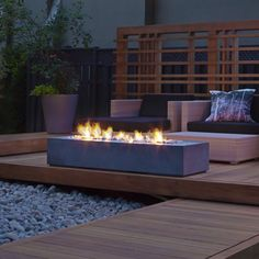 This is a natural gas version of the Robata 72 Linear Outdoor Fire Pit. It is connected to the main control board for the pool and Cabana which allows it to be controlled by the main panel, or using a mobile app. Fire Pit Ring, Diy Fire Pit, Fire Pit Backyard, Ideas Terraza, Fire Pit Gallery, Modern Fire Pit, Modern Deck, Concrete Fire Pits, Fire Pit Designs
