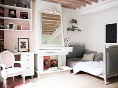 Decorating Tricks to Steal from Stylish Paris Interiors. I love the day bed. Would love to have in my living room Parisian Apartment, Paris Apartments, Apartment Living, Apartment Therapy, Tiny Apartments, Interior Exterior, Interior Design, Paris Kitchen, Paris Home