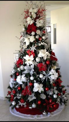 Here are the Red And White Christmas Tree Decoration Ideas. This article about Red And White Christmas Tree Decoration Ideas … White Christmas Tree Decorations, Silver Christmas Tree, Christmas Tree Design, Beautiful Christmas Trees, Elegant Christmas, Noel Christmas, Christmas Wreaths, Christmas Tree Ideas, Holiday Tree