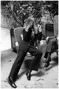 The 40 Chicest French Women: Betty Catroux. The YSL muse has always been a paragon of menswear chic. Quirky Fashion, 1960s Fashion, French Fashion, Fashion 2017, Look Fashion, Vintage Fashion, Womens Fashion, Yves Saint Laurent, Smoking Vintage