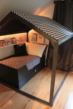C'est bien connu, les enfants adorent jouer avec des reproductions en miniature des objets du quotidien.Mr J a eu tour à tour, une mini cuisine, un mini atelier de bricolage ou une mini maison pour le jardin…alors imaginez si l'on arrivait à faire rentrer cette dernière dans sa chambre!Pas toujours simple car il faut une superficie adaptée.D'ailleurs des projets sur la thématique, Picslovin vous en a proposé quelques uns…la chambre-cabane, le lit-cabane et l'on constate qu'ils sont installés…