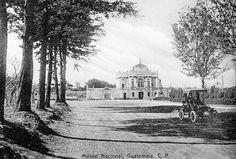 Fotografía de principios de 1900 en donde se muestra lo que era conocido como Palacio de la Reforma o Museo Nacional hoy el Obelisco.
