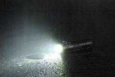 TM9K er en kraftig LED lommelykt, spesielt med tanke på størrelsen. Her får du hele 4400 lumen, men fortsatt er kompakt lomme-størrelse. High Beam, Beams, Tanks, Bulb, Lights, Led, Shelled, Onions, Military Tank