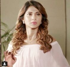 Without makeup still pretty !! Not  lyk other fake bolluwood acctress👎👎