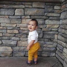#Neythan tiene su estilo para vestir. Y luce muy bien él color mostaza! Y su sonrisa es su atuendo diario.