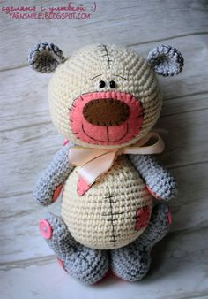 This little guy is also available in her Etsy shop in an English pattern. Go to crochetmaniaq on Etsy. Crochet Doll Pattern, Crochet Toys Patterns, Amigurumi Patterns, Stuffed Toys Patterns, Crochet Teddy, Crochet Bear, Crochet Animals, Knitted Dolls, Crochet Dolls