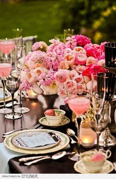 Ombré flower arrangement for your wedding table. Black and pink wedding table Rustic Wedding Decorations, Flower Decorations, Wedding Ideas, Wedding Inspiration, Wedding Centerpieces, Vintage Centerpieces, Centerpiece Ideas, Decor Wedding, Flower Centerpieces