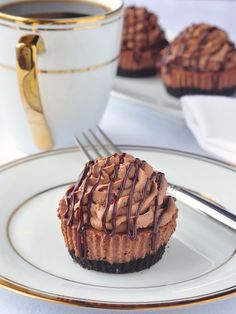 Chocolate Cheesecake Cupcakes – at only about 200 calories each, this recipe makes 12 perfectly portion controlled mini cheesecakes that you can enjoy without the guilt of overindulgence. Perfect to serve at parties, for the Holidays or even a dessert, Mini Desserts, No Bake Desserts, Delicious Desserts, Dessert Recipes, Party Recipes, Plated Desserts, Yummy Food, Easy Desserts, Chocolate Cheesecake Cupcakes