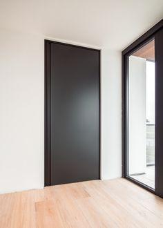 Zwarte binnendeur van #ANYWAYdoors voorzien van speciale traceless coating zodat de deur onderhoudsvriendelijk is! Onze deuren worden by the way niet met hout gemaakt, al onze materialen zijn dus altijd extreem duurzaam, krasvast, chemisch resistent en onderhoudsvriendelijk.