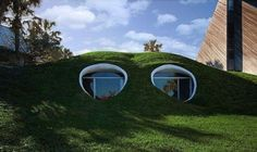 Hobbit House by Simon Dale - The world of J. Tolkien has captivated readers for generations, so much so that projects like this Hobbit House by Simon Dale have been cropp. Hobbit Hole, The Hobbit, Casa Hobbit, Architecture Organique, Underground Homes, Underground Living, Atlantic Beach, Unusual Homes, Earth Homes