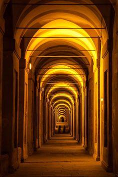 Pórtico de São Lucas em Bolonha, na província de mesmo nome, região da Emília-Romanha, Itália.  Fotografia: Andrea Forni no 500px.