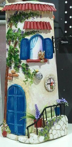 Teja de barro. Relieves realizados con pasta de modelar y pintada con pintura acrílica