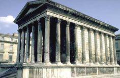 Der Römische Tempel besitzt, im Gegenteil zum griechischen Tempel, eine betonte Vorderseite. Die Seiten- und Rückansicht wird dabei vernachlässigt.  Der römische Tempel verfügt ein Fundament mit 'normalen' Stufen. Die Bauteile werden gleich benannt wie beim griechischen Tempel.  Maison Carrée in Nîmes, Frankreich