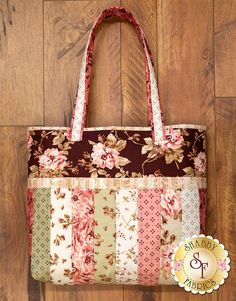 Mind-blowing photo - head to our story for more creative concepts! Quilted Tote Bags, Patchwork Bags, Patchwork Designs, Bag Patterns To Sew, Tote Pattern, Handbag Patterns, Quilt As You Go, Shabby Fabrics, Quilt Kits