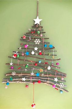 Christmas decorating ideas for your walls - these wall Christmas tress are perfect Christmas tree alternatives for small spaces - DIY branch Christmas tree project to make Full Christmas Tree, Alternative Christmas Tree, Christmas Gifts For Mom, Christmas Crafts, Christmas Recipes, Homemade Gifts For Mom, Unique Gifts For Mom, Mother Birthday Gifts, Mother Gifts