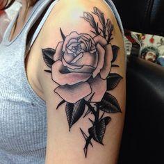Tatuagem Ombro Old School Flor