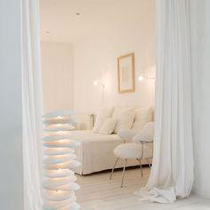 Un salon blanc comme une chambre