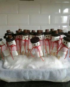 Leuke traktatie en makkelijk om te maken. School Birthday Treats, Winter Wonderland Party, High Tea, Xmas, Christmas, Good Food, Sweets, Homemade, Cake