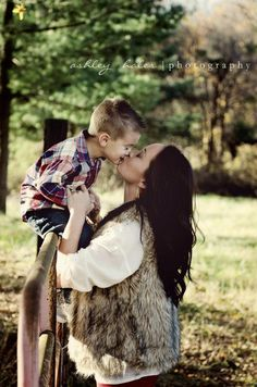 I want to do this pic with Kas Laura. Mother's Day Photos, Boy Photos, Cute Photos, Family Photos, Cute Pictures, Mother Son Pictures, Mother Son Love, Mommy And Son, Mother Son Photography