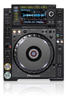 """SPECIFICATIES PIONEER CDJ-2000 NEXUS:  De Pioneer CDJ-2000 NEXUS is de vernieuwde versie en plaatsvervanger van de welbekende Pioneer CDJ2000. Naast de oorspronkelijke features van die mediaspeler biedt de Pioneer CDJ-2000 NEXUS nog meer mogelijkheden    Nieuw ten opzichte van zijn voorganger is bijvoorbeeld de beat sync functie op de CDJ-2000 NEXUS (die we ook terug zien op de meeste DJ controllers). Deze zet automatisch je muziek in het juiste tempo en """"matcht"""" de nummers met elkaar."""