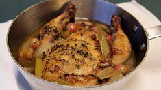 En hel kylling stekes og kokes i lang tid i eplejuice og kyllingkraft sammen med løk, bacon, stangselleri og timian. Druene tilsettes til slutt. Lise Finckenhagen gir deg oppskriften i Nitimen.