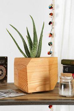 Geometric wooden planter http://cooledeko.de/wohnzimmer-ideen